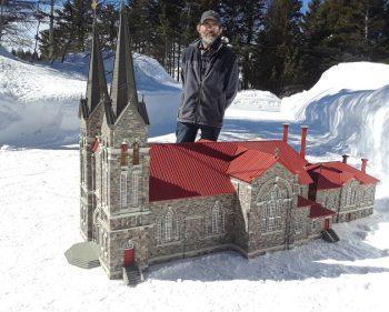 L'église de Ste-Anne-des-Monts reproduite par l'artiste Marcel Arsenault