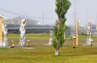 Les sculptures du bois flotté exposées sous forme de parcours interactif